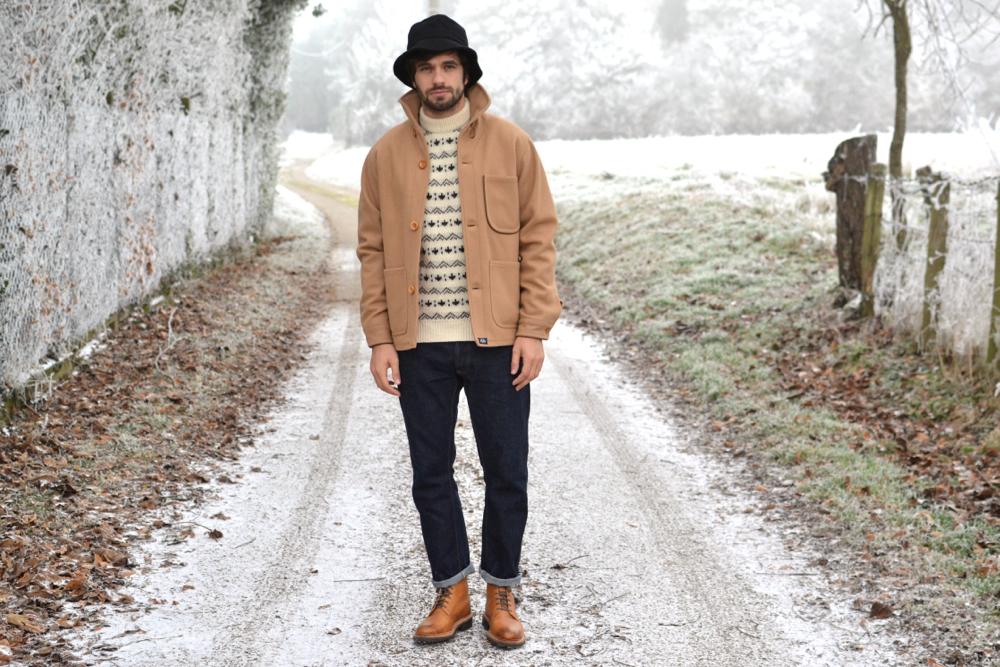 look homme avec une tenue d'inspiration style workwear avec de belles pièces brutes en laine et du denim japonais selvedge et des boots grenson style coniston