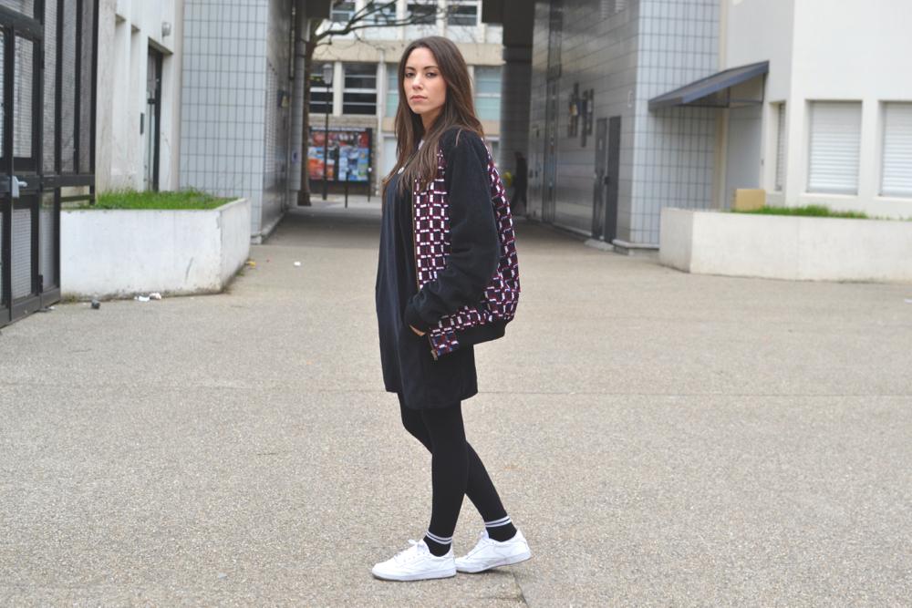 look femme avec une tenue fullblack streetwear mais feminine et une pièce de la créatrice ONY