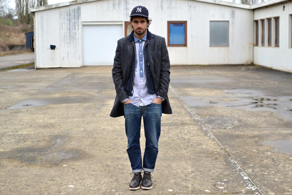 Audacieuse Mixer manteau long, gilet workwear et jeans délavé dans une tenue PO-63