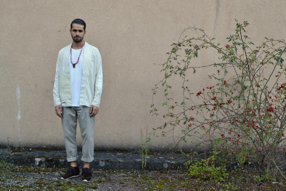 Noragi et tenue claire dans un style streetwear japonais