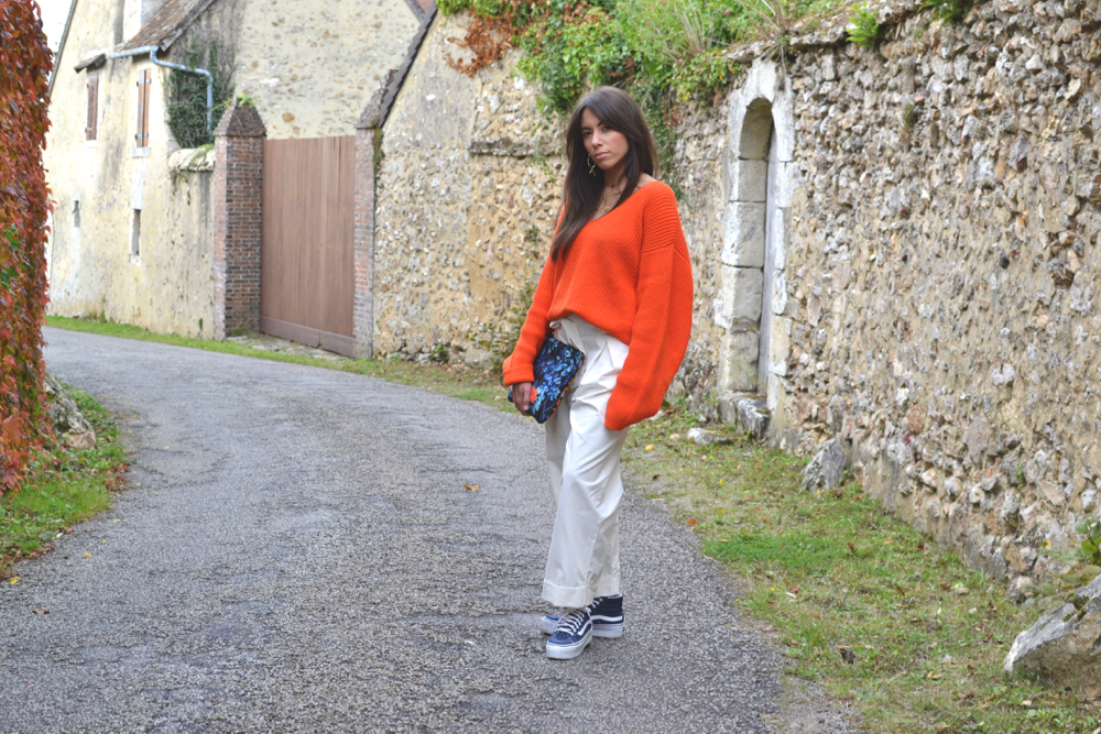 pull orange oversized avec pantalon large blanc