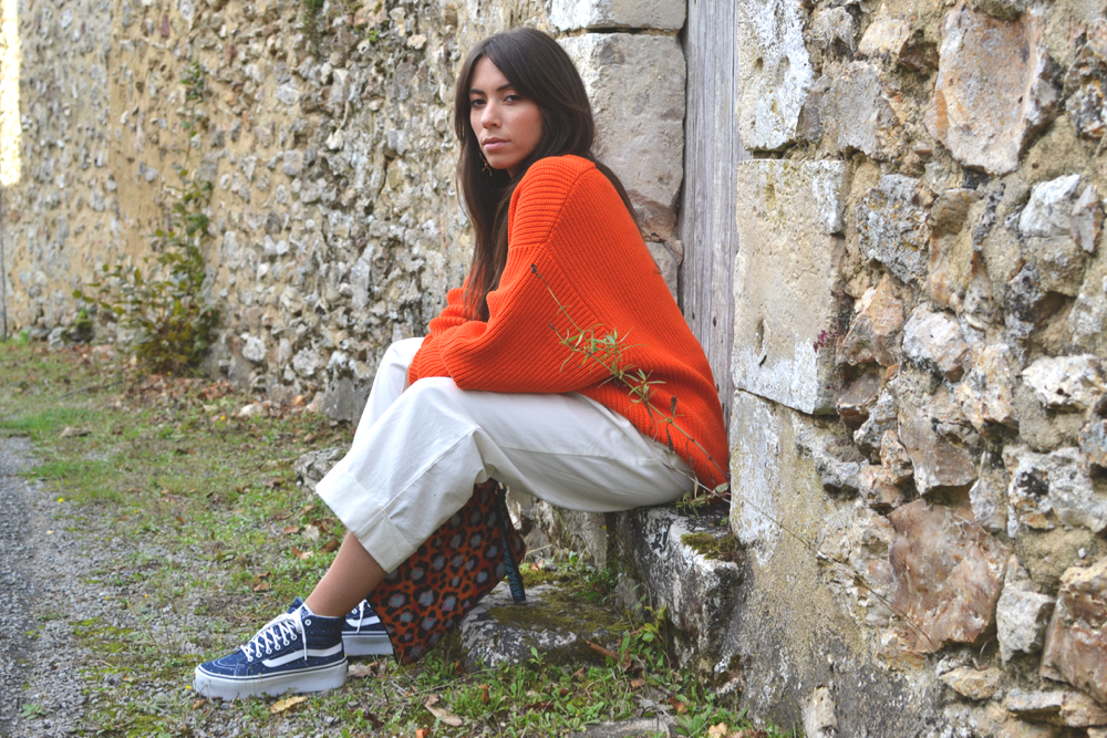 pull orange oversized avec pantalon large blanc h&m