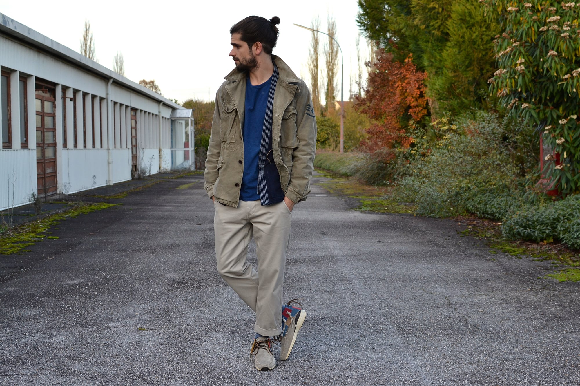 Porter une field jacket avec un pantalon clair dans le style street heritage