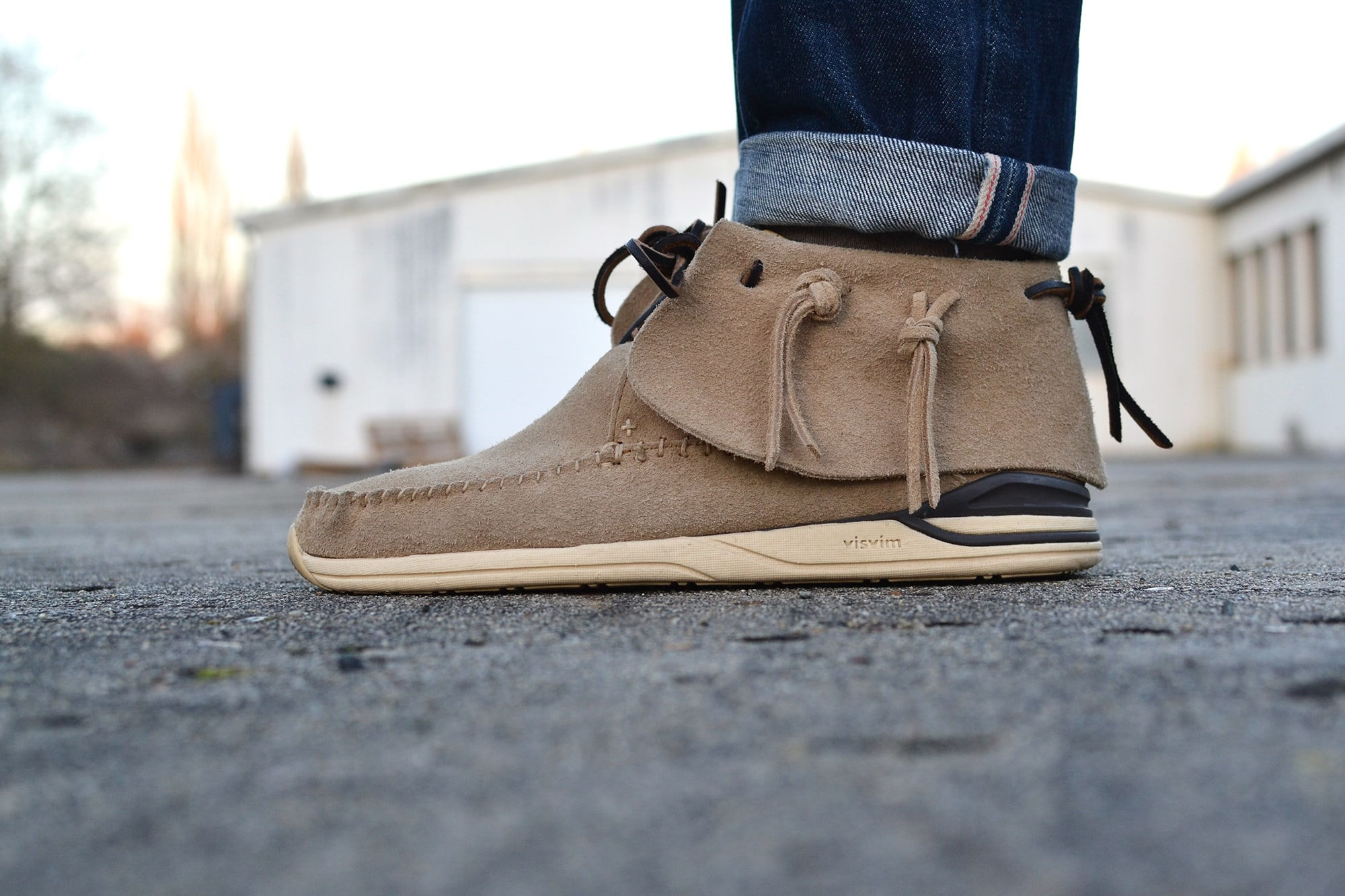Jeans A.P.C Rescue Custom tapered with sneakers Visvim FBT lhamo color sand