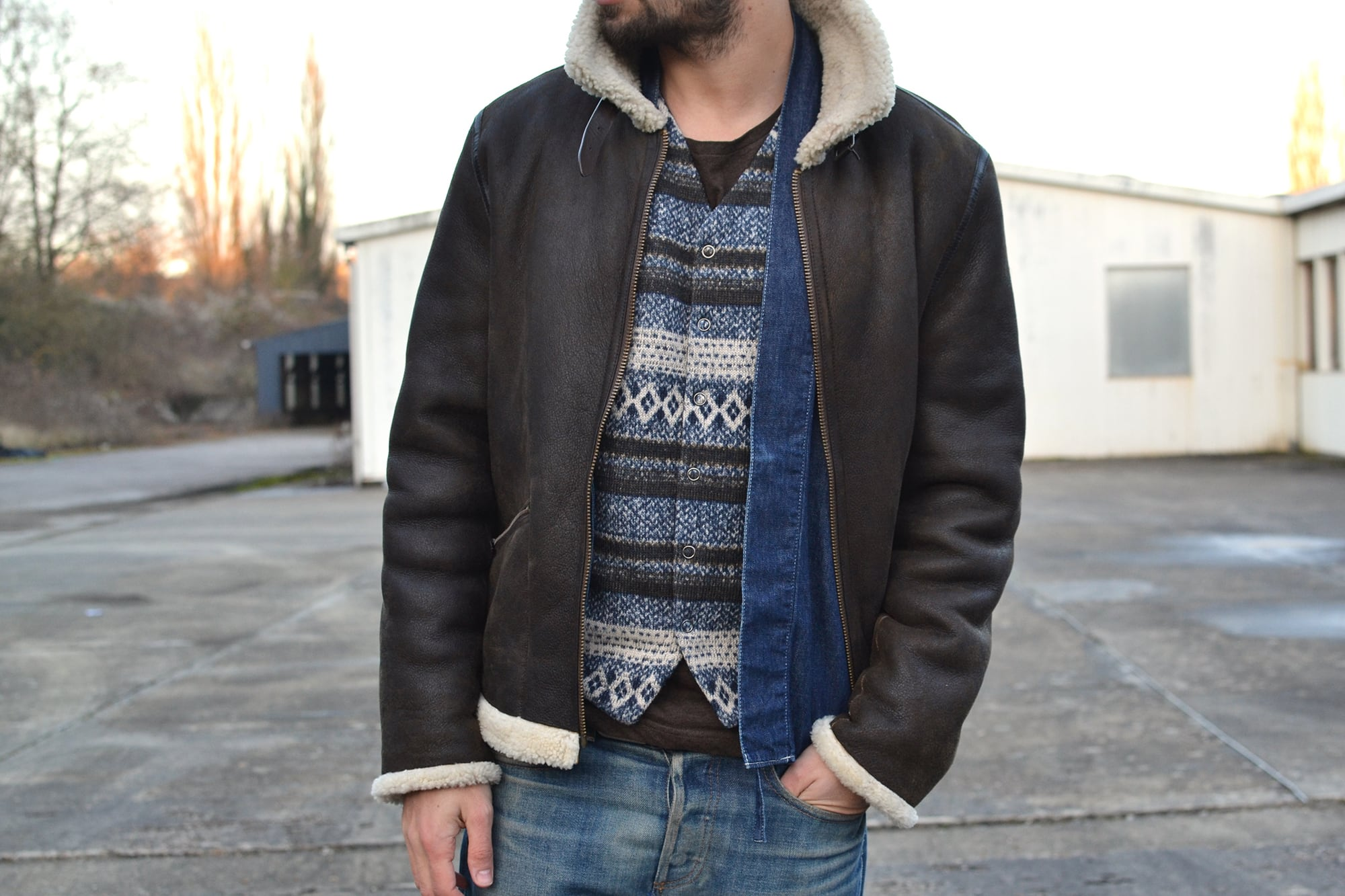 Une tenue avec un bombardier APC x louis Wong et a combination Vsivim lhamo shirt et gilet engineered garments